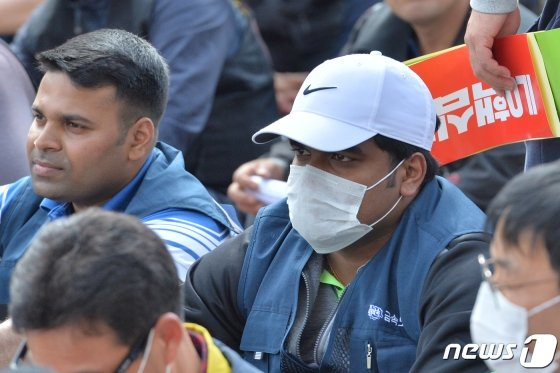 1일 오후 경북 포항시 남구 해도동 협력회관 앞 도로에서 열린 129주년 세계노동절 경북대회에 참석한 스리랑카 노동자들이 노동기본권 보장을 촉구하는 민주노총 관계자의 대회사를 청취하고 있다./사진=뉴스1