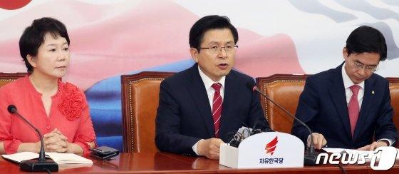 황교안 자유한국당 대표가 20일 서울 여의도 국회에서 열린 최고위원회의에서 모두발언을 하고 있다./사진=뉴스1<br>