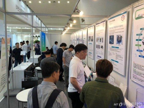 21일 서울 동대문디자인플라자(DDP)에서 열린 '2019 대한민국 수소엑스포'에서 스타트업 기술이 소개된 광주창조경제혁신센터 부스가 관람객들로 북적이고 있다./사진=고석용 기자