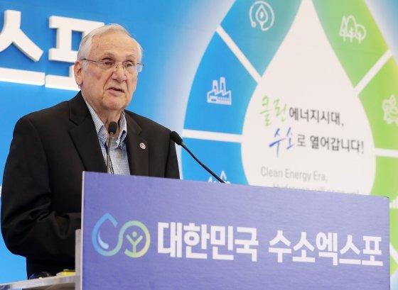 켈빈 헤흐트(Kelvin Hecht) 미국 연료전지기술위원회 의장이 19일 서울 중구 동대문디자인플라자(DDP)에서 국회수소경제포럼 주최, 머니투데이·국가기술표준원·수소융합얼라이언스추진단 공동 주관으로 열린 '2019 대한민국 수소엑스포' 세션1 '수소중심 에너지 패러다임 전환을 위한 글로벌 포럼'에서 '미국의 수소경제 및 표준화 대응 전략'에 대해 발표하고 있다. / 사진=김창현 기자 chmt@