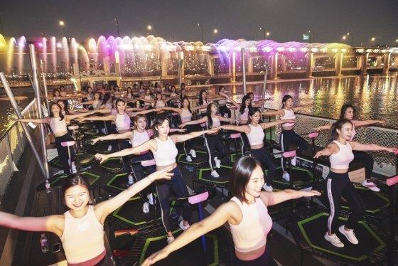 뉴발란스가 지난 4월 서울 여의도 이랜드크루즈에서 마련한 '트램펄린 점핑 피트니스' 프로그램 모습./사진 제공=이랜드
