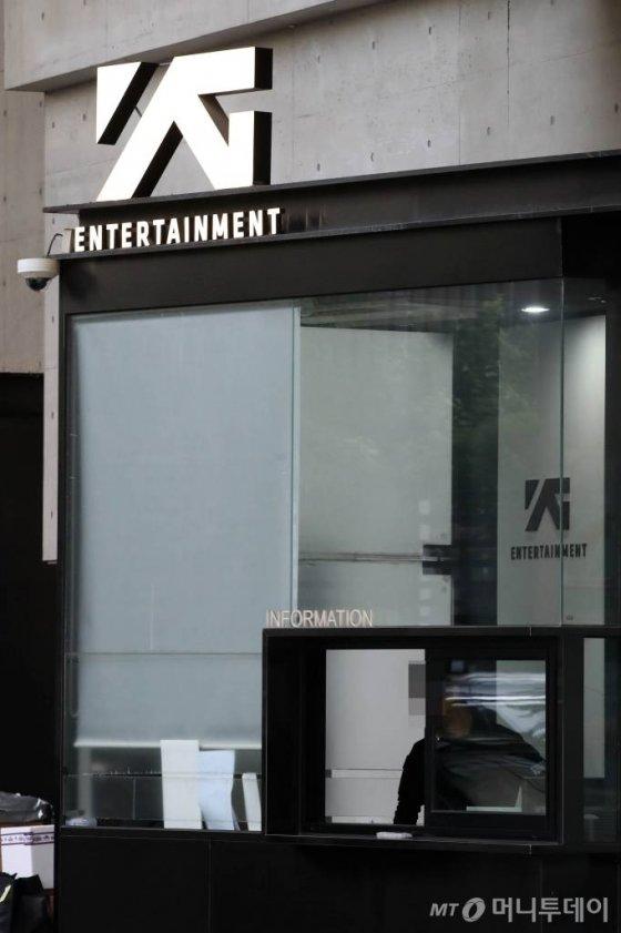 【서울=뉴시스】 고범준 기자 = 양현석 YG엔터테인먼트 대표 프로듀서가 사내 모든 직책에서 사퇴했다. 양현석은 YG 홈페이지에 '오늘부로 YG의 모든 직책과 업무를 내려놓으려 한다'고 밝혔다.   사진은 14일 오후 서울 마포구 YG엔터테인먼트 사옥 모습. 2019.06.14.   bjko@newsis.com