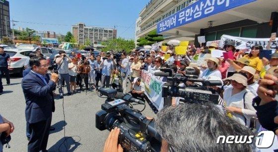 25일 이주여성 단체 관계자들이 익산시청에서 정헌율 익산시장이 사퇴를 촉구하는 기자회견을 연 가운데 정 시장이 '잡종강세'라고 발언한 내용을  사과하고 있다. /사진=뉴스1