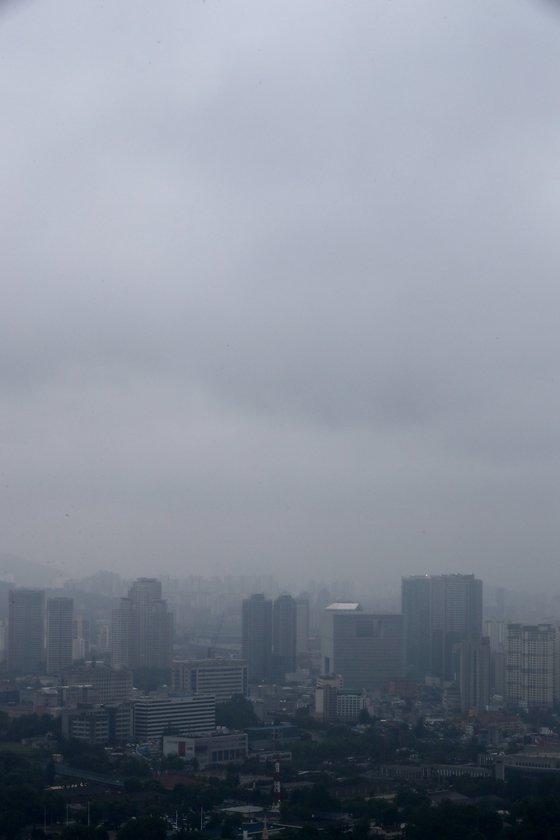 본격적인 장마가 시작된 26일 오후 남산에서 바라본 서울도심 하늘에 비구름이 가득하다.2018.6.26/뉴스1