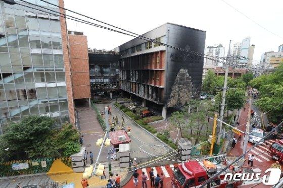 26일 서울 은평구 응암동 은명초등학교에서 화재가 발생해 소방대원들이 잔불을 정리하고 있다. 2019.6.26/뉴스1 © News1 허경 기자