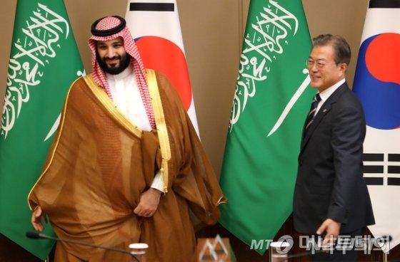 문재인 대통령이 26일 청와대 본관에서 무함마드 빈 살만 빈 압둘 아지즈 알-사우드(무함마드 빈 살만) 사우디아라비아 왕세자와 확대 회담을 하고 있다. /사진=뉴시스