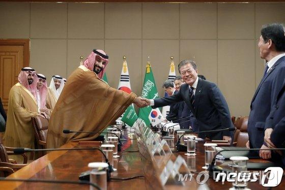 문재인 대통령이 26일 청와대 본관에서 무함마드 빈 살만 빈 압둘 아지즈 알-사우드 사우디아라비아 왕세자와 회담에 앞서 악수하고 있다.  (청와대 제공)  /뉴스1