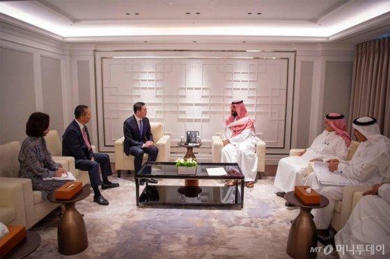 구광모 LG그룹 대표가 지난 26일 방한한 무함마드 빈 살만 사우디아라비아 왕세자와 서울 시내 한 호텔에서 단독면담을 했다. /출처=사우디아라비아 공식 SNS(사회관계망서비스)