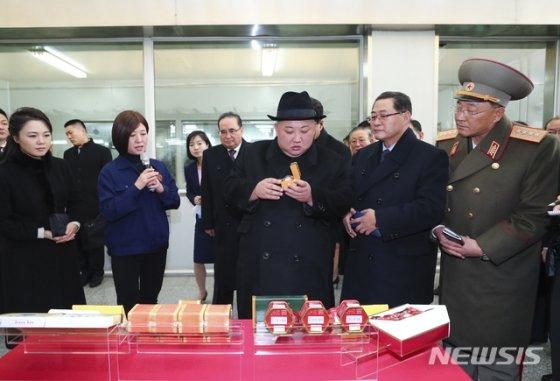 【베이징=AP/뉴시스】김정은(가운데) 북한 국무위원장이 9일(현지시간) 중국의 전통 중의약방 &#39;동인당&#39;에 방문해 제품을 둘러보고 있다.    북한 조선중앙통신은 김정은 위원장이 시진핑 주석을 북한으로 공식 초청했으며 시 주석은 이에 응했다고 보도했다. 2019.01.10.   <저작권자ⓒ 공감언론 뉴시스통신사. 무단전재-재배포 금지.>