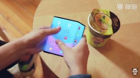 샤오미 시제품 폴더블폰 공개 영상 캡처