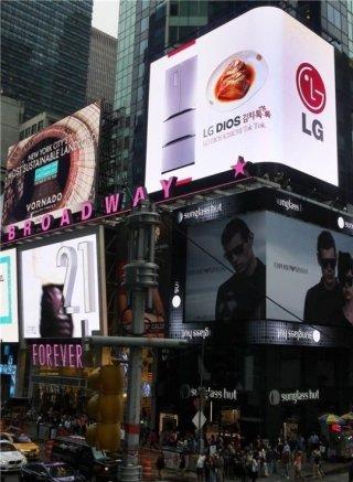 LG전자는 유산균 발효균을 활용한 김치 보관기술을 탑재한 김치냉장고 '디오스 김치톡톡' 광고 '유산균 소리편'을 2014년 미국 뉴욕의 타임스스퀘어 옥외광고로 내보냈다. /사진제공=LG전자
