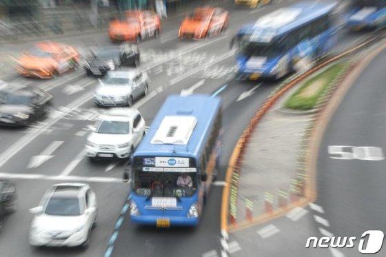 서울 시내버스 노사가 마라톤 협상 끝에 파업 결정을 철회한 5월 15일 오전 서울 중구 서울역 버스종합환승센터 주변에서 버스가 운행되고 있다. /사진=뉴스1
