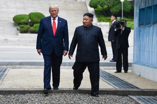 30일 오후 판문점 군사분계선(MDL)에서 트럼프 대통령이 김정은 북한 국무위원장의 안내에 따라 분계선을 넘어 북측 땅을 잠시 밟았다가 다시 남측으로 넘어오고 있다. 현직 미국 대통령이 북한의 땅을 밟은 것은 이날이 처음이다./사진=AFP