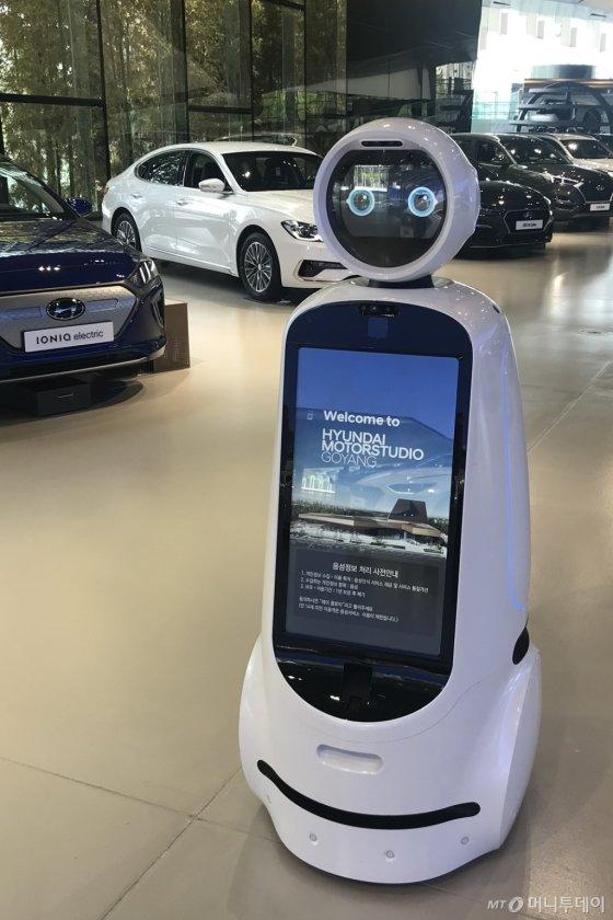 현대차의 국내 최대 체험형 자동차 테마파크인 '현대 모터스튜디오 고양'에서 시범 서비중인 LG전자의 안내로봇 '클로이'/사진제공=LG전자
