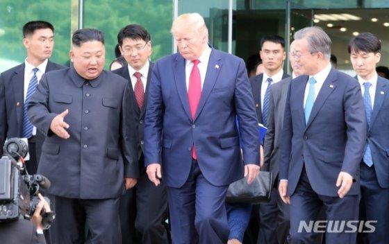 【파주=뉴시스】박진희 기자 = 문재인 대통령과 김정은 북한 국무위원장, 도널드 트럼프 미국 대통령이 30일 경기 파주 판문점 자유의 집에서 회담을 마친 뒤 대화를 나누며 나오고 있다. 2019.06.30. pak7130@newsis.com