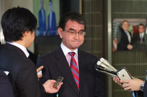 """고노 다로 일본 외무상이 지난해 10월 31일(현지시간) 도쿄 외무성에서 한국 대법원의 강제징용 배상 판결에 대해 말하고 있다. 그는 이날 """"한일 간 법적 기반이 근본적으로 손상됐다는 점을 일본이 무겁게 보고 있다""""고 말했다.   © AFP=뉴스1  <저작권자 © 뉴스1코리아, 무단전재 및 재배포 금지>"""