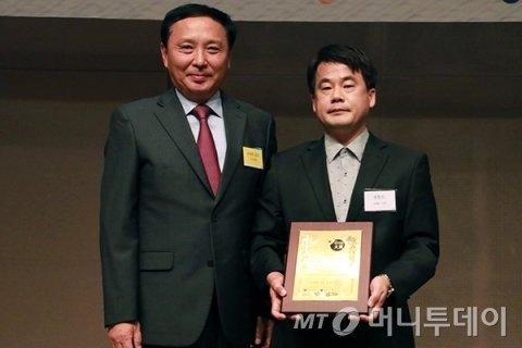 '2019 제4회 소비자가 뽑은 서비스고객만족대상 시상식'에서 8푸드 김재곤 부장이 수상했다/사진제공=중기창업팀