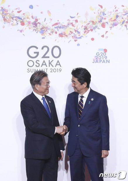 문재인 대통령이 지난 28일 오전 인텍스 오사카에서 열린 G20 정상회의 공식환영식에서 의장국인 일본 아베 신조 총리와 악수하고 있다. (청와대 제공) 2019.6.29/사진=뉴스1