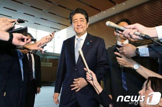아베 신조 일본 총리가 1일 (현지시간) 도쿄 총리관저에서 취재진의 질문에 답변을 하고 있다.   © AFP=뉴스1