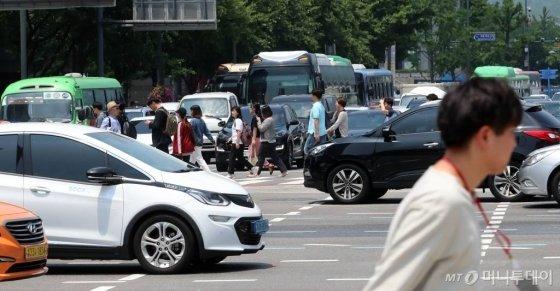 서울 광화문 사거리를 지나는 시민들과 차량들. /사진=임성균 기자