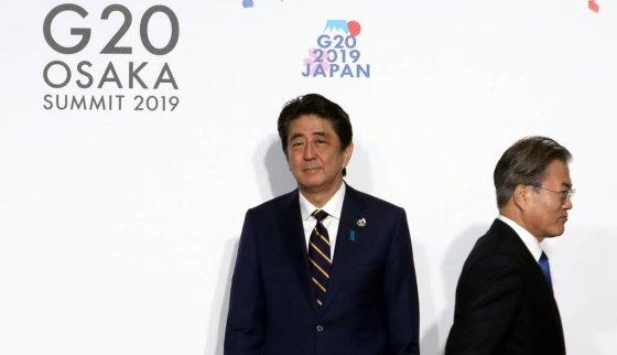 문재인 대통령이 28일 오전 인텍스 오사카에서 열린 G20 정상회의 공식환영식에서 의장국인 일본 아베 신조 총리와 악수한 뒤 행사장으로 향하고 있다. /사진=뉴시스