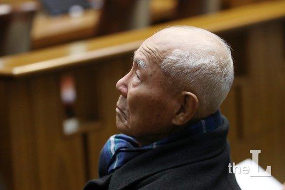 일제 강제징용 피해자 중 유일 생존자인 이춘식 할아버지가 지난해 서울 서초구 대법원에서 열린 전원합의체에서 생각에 잠겨 있다./사진=뉴스1