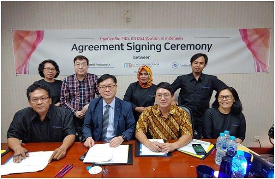 Antony R Samosir 'PT. Nelta Multi Gracia' 대표(앞줄 왼쪽 1번째), 박영석 팍스젠바이오 대표(앞줄 왼쪽 2번째), 신성호 'PT. KMD 인도네시아' 지사장(앞줄 오른쪽 2번째) 등 3사 임직원들이 협약을 체결하고 기념사진을 찍고 있다/사진제공=팍스젠바이오