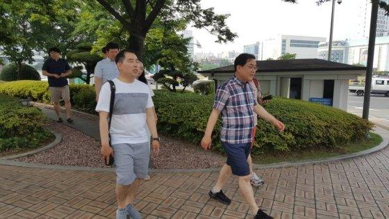 허성무 경남 창원시장이 3일 무더운 여름철에 반바지를 입고 출근할 수 있는 '프리패션데이' 시행에 맞춰 반바지를 입고 걸어서 시청에 출근하고 있다. 2019.07.03.  /사진=뉴시스
