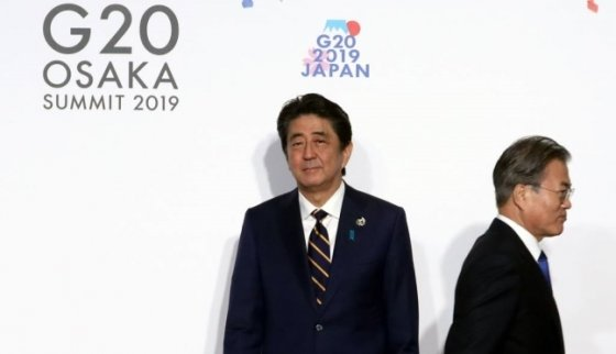 문재인 대통령이 지난달 28일 오전 인텍스 오사카에서 열린 G20 정상회의 공식환영식에서 의장국인 일본 아베 신조 총리와 악수한 뒤 행사장으로 향하고 있다./사진=뉴시스