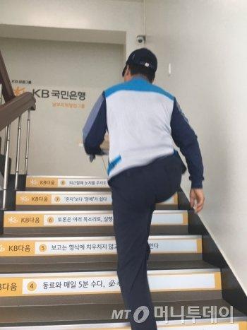 계단은 무조건 두 계단씩 오른다. 그래도 배달 시간 내에, 다 배달하는 게 빠듯하다./사진=한계단씩 쫓아가는, 몸이 무거운 남형도 기자