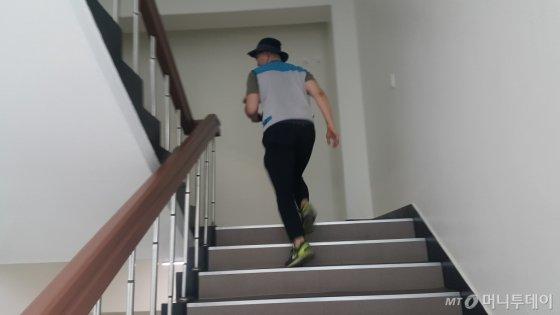 러닝 피그(달리는 돼지). 부리나케 계단을 뛰어오르는 기자. 이렇게 안 하면 집배원을 못 쫓아간다./사진=남형도 기자