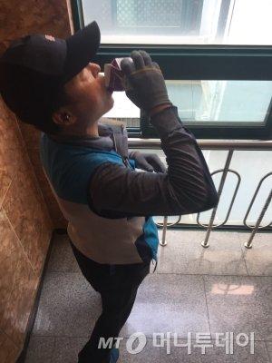수취인이 건네준 시원한 우유 하나를 마시는 집배원. 고단할 때 정말 큰 힘이다./사진=남형도 기자