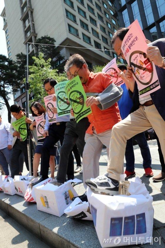 한국중소상인자영업자총연합회 회원들이 5일 오전 서울 중학동 전 일본대사관 앞에서 '일본제품 불매운동 선언' 기자회견을 열고 일본 브랜드를 붙힌 박스를 밟고 있다. / 사진=임성균 기자 tjdrbs23@