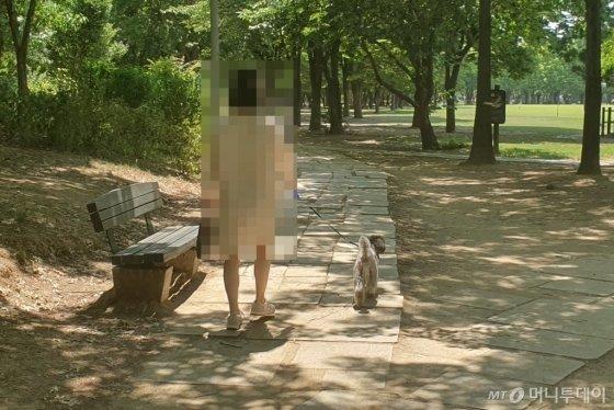 5일 오전 서울 성수구 서울숲에서 한 견주가 반려견과 산책을 하고 있다./사진=한민선 기자
