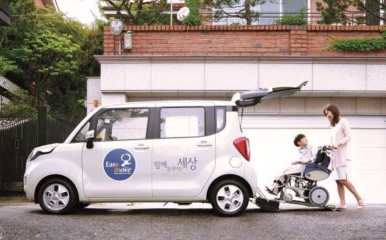 이지무브에서개발·제작한 후방 진입형 슬로프 차량인 기아차 레이./사진제공=현대자동차그룹