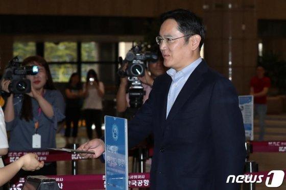 이재용 삼성전자 부회장이 7일 오후 일본 출장을 위해 김포국제공항에서 출국장을 지나고 있다. /사진=뉴스1