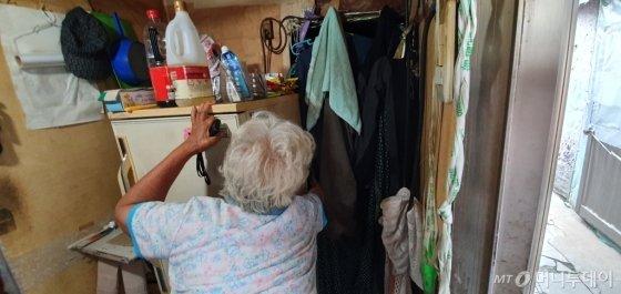 지난달 6일 오후 3시30분 서울시 강남구 개포동 구룡마을에 43년 살고 있는 김모씨(86·여)가 쪽방 구석 막내아들 이모씨(45)가 살고 있는 방을 보여주고 있다. /사진=최동수 기자