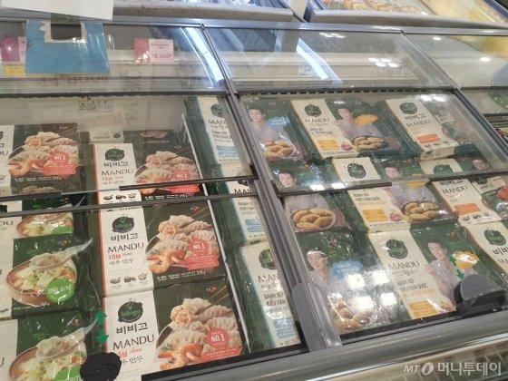 지난달 27일 베트남 호치민 딴 푸(Tan Phu) 지구에 위치한 대형쇼핑몰 이온몰 마트에 진열된 CJ제일제당 비비고 만두. / 사진=정혜윤