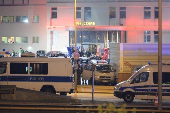 2016년 4월13일 독일 수도 베를린의 최대 성매매업소에 경찰과 세무당국 인력 등 900명이 급습해 매니저 2명과 마당 4명을 인신매매와 조세포탈 혐의로 체포했다. /사진=AFP
