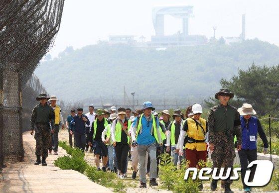 지난달 26일 DMZ 평화의길 고성구간에 방문한 관람객들이 철책을 따라 걷고 있다. /사진=뉴스1