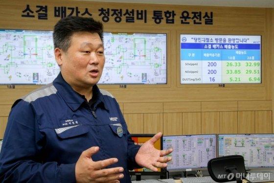 현대제철 관계자가 당진제철소 소결공장에서 신규로 가동되고 있는 대기오염물질 저감장치에 대해 설명하고 있다./사진=현대제철