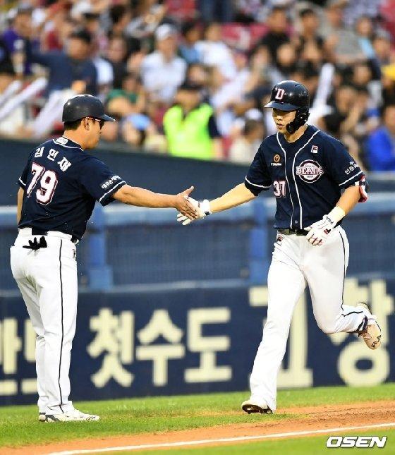 박건우(오른쪽).