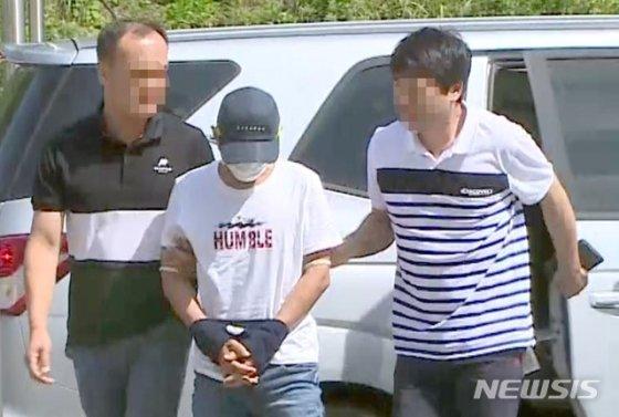2살 아이가 보는 앞에서 베트남 출신 부인을 폭행한 혐의를 받고 있는 남편 B씨(36)가 8일 오전 광주지법 목포지원에서 구속 전 피의자 심문(영장실질심사)을 받기 위해 출석하고 있다./사진=뉴시스(독자제공 동영상 캡처)