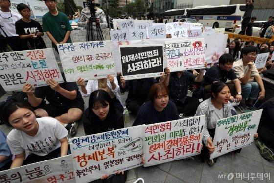 한-일 갈등이 계속되는 가운데 10일 오후 서울 종로구 옛 일본대사관 앞에서 제1395차 정기 수요집회가 열리고 있다. 수요집회에 참석한 학생들이 구호를 외치고 있다. / 사진=임성균 기자 tjdrbs23@