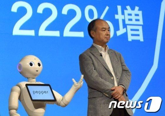 손정의 회장과 휴머노이드 로봇 페퍼 /사진=AFP(=뉴스1)