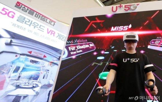 LG유플러스가 2일 서울 용산구 LG유플러스 본사에서 5G 네트워크를 기반으로 한 '클라우드 VR' 게임을 선보이고 있다./사진=김휘선 기자