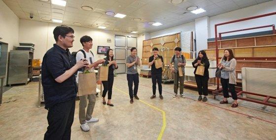 지난달 28일 서울 양평동 롯데홈쇼핑 사옥에서 '드림스튜디오' 발대식에서 참여 사회적경제 기업들이 스튜디오를 돌아보는 모습./사진=백상훈 작가
