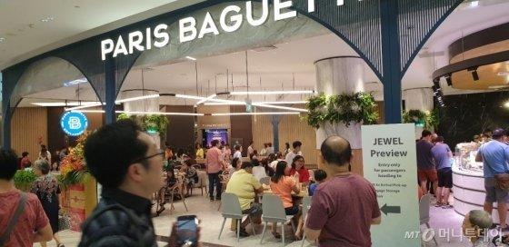 주얼창이공항 파리바게뜨 매장에서 손님들이 식사하고 있다. /사진=SPC