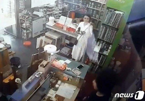 고유정이 지난 5월29일 인천시 한 마트에서 범행도구로 추정되는 일부 물품을 구매하고 있는 모습이 찍힌 CCTV영상./사진=뉴스1(제주동부경찰서 제공)
