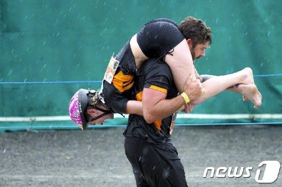 아내업고 달리기대회에 출전한 커플이 혼신을 다하고 있다. 2019 © 로이터=뉴스1